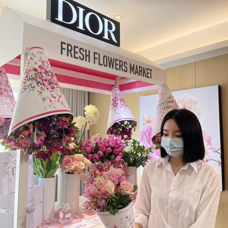 「Miss Dior法式花舖」限定櫃位花藝師提供限定包裝浪漫情人節花束。記者/劉...