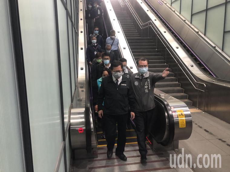 鄭文燦今天視察A7站,他說會以「桃捷員工、旅客零感染」為目標。記者曾健祐/攝影