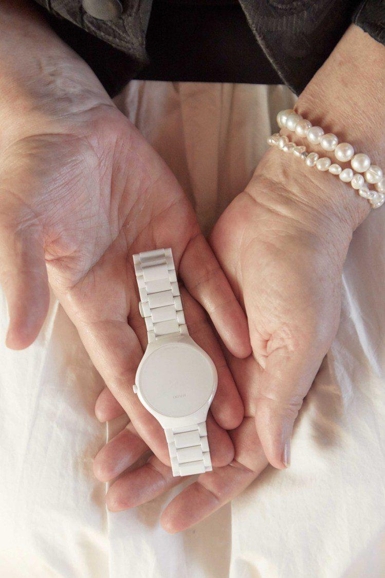 RADO真我超薄Stillness特別版腕表,全白色的精密陶瓷,像一件手腕上的唯...