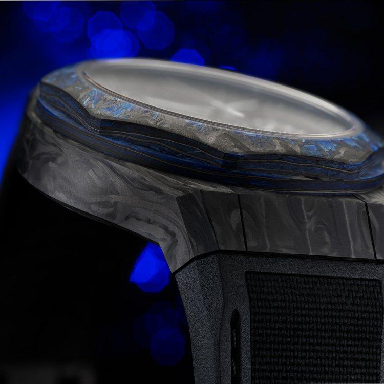 由玻璃碳打造的表殼堅固又輕盈,並具啞光的特殊紋理,整只腕表重量僅將94公克,限量...