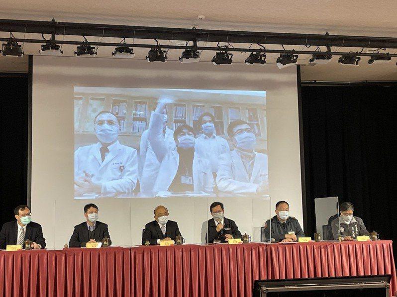 行政院長蘇貞昌與桃園市長鄭文燦共同主持防疫會議,向國人喊話要團結對抗病毒。記者張裕珍/攝影