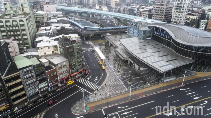 視察基隆火車站,林右昌:南站出站就可搭車,國光也將改道,天橋將陸續拆除。 圖/基隆市政府提供