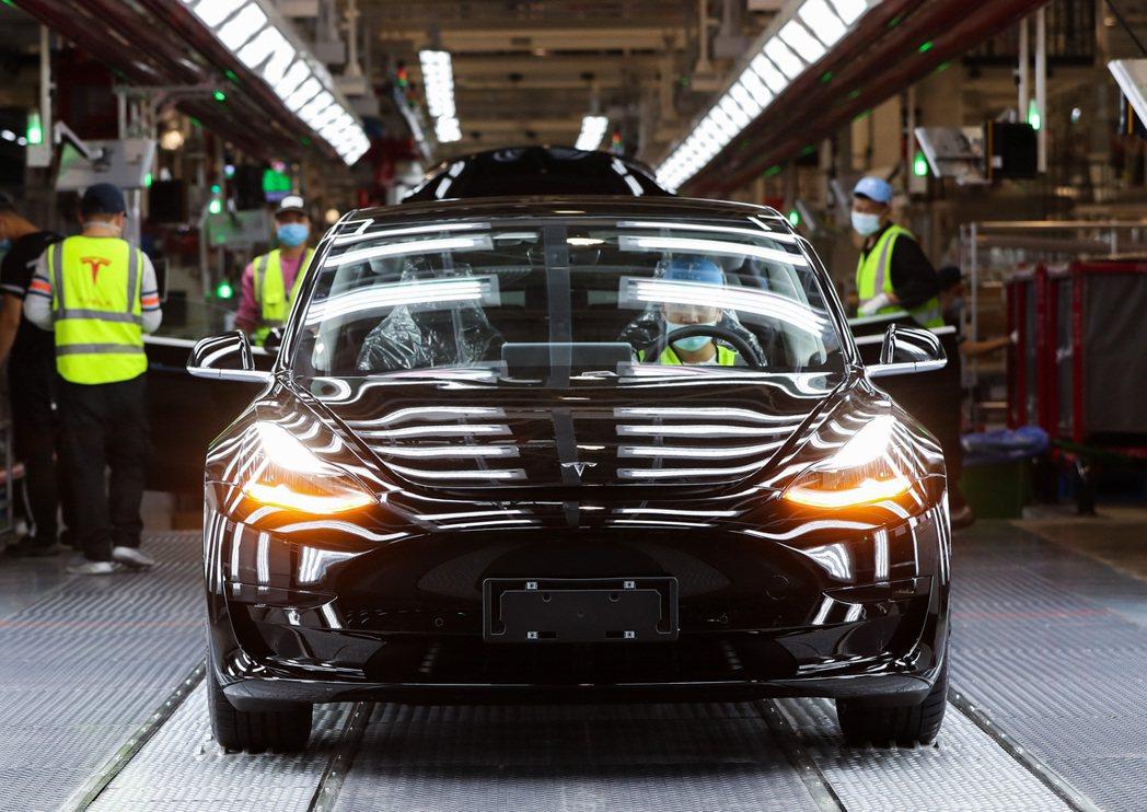 特斯拉(Tesla)上海超級工廠的生產線。  新華社