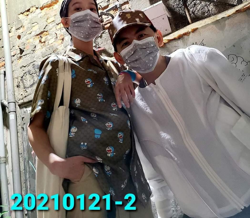 孟耿如(左)與黃子佼合照腹部明顯隆起。圖/摘自臉書
