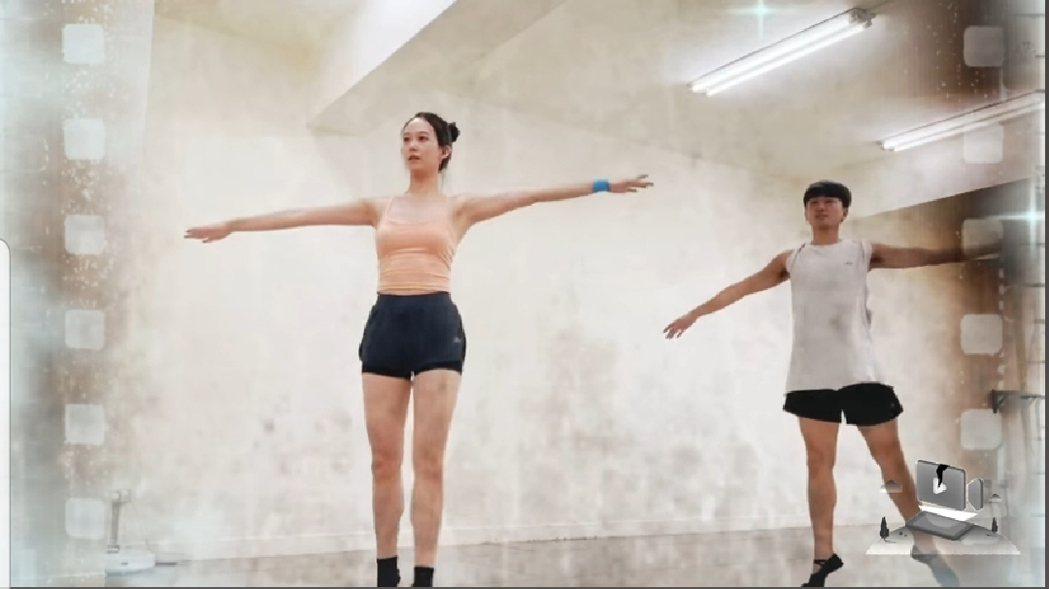 孟耿如跳芭蕾小腹平坦。圖/截圖自臉書