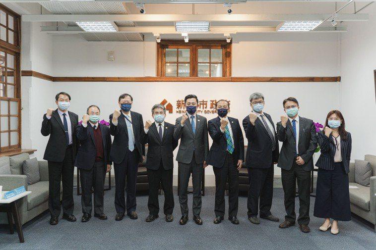 新竹市長林智堅(中)與5大醫院代表研商醫療資源整備及防疫部署。圖/新竹市政府提供