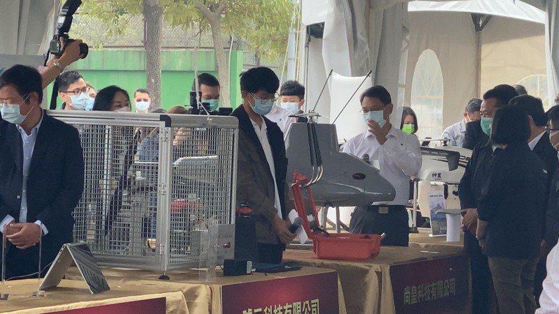 總統蔡英文(右)中午參觀籌設的國家級無人機AI創新應用研發中心,參觀8家計畫進駐的無人機廠商展示的無人機。記者魯永明/攝影