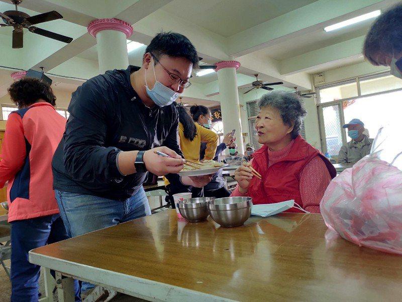 台中市議員施志昌、黃守達與林祈峰到台中外埔鄉間體驗拔蘿蔔及製作蘿蔔糕,並分送給關懷據點50名長輩。圖/施志昌提供