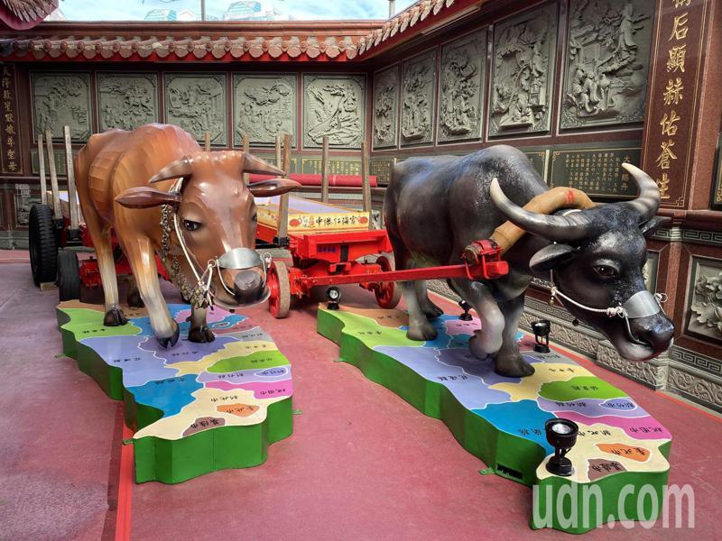 水牛、黃牛2座裝置藝術,分別拉清朝時期的鐵輪牛車及民國初年的橡膠輪胎牛車,腳踩台灣地圖。記者高宇震/攝影