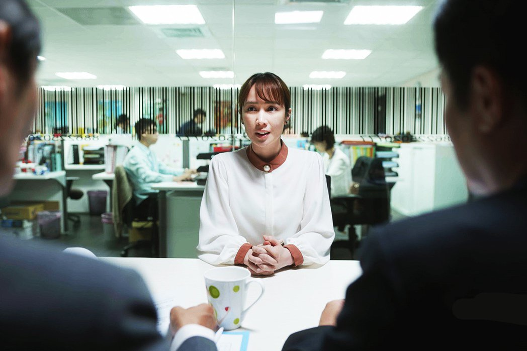 小薰(黃瀞怡)在「大債時代」中演活二度就業婦女的處境。圖/公視提供