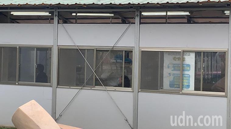 桃園醫院急診室外的篩檢站,22日下午陸續有民眾被通知前來採檢。記者巫鴻瑋/攝影
