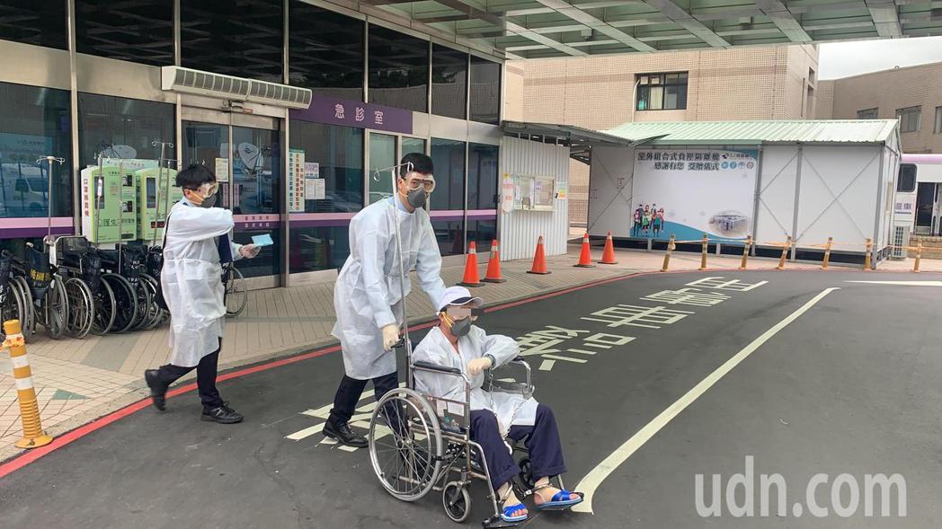 男性人犯被上手銬腳鐐,同樣在員警戒護下到桃醫採檢。記者巫鴻瑋/攝影