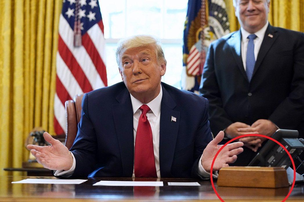 正在美國白宮橢圓辦公室的前總統川普。紅圈即為「可樂按鈕」。美聯社