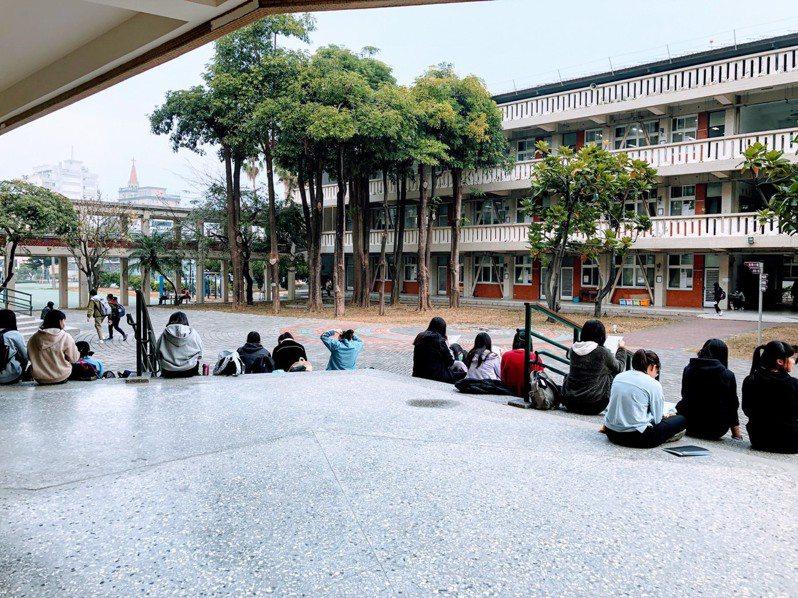 今天下午考國文,有考生說較去年簡單,老師認為難易度和去年學測差不多。記者鄭惠仁/翻攝