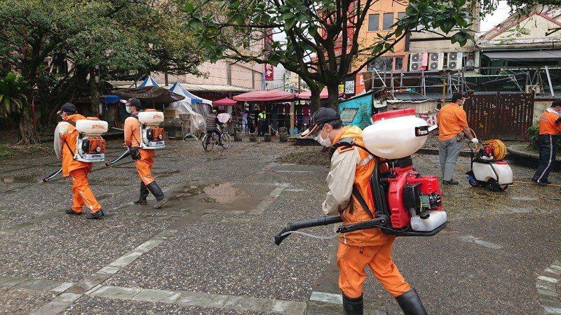 宜蘭縣環保局、各鄉鎮清潔隊組成70人的防疫消毒大隊,即日起針對風景區、寺廟、交通轉運站等人潮聚集點,執行消毒工作。圖/宜蘭縣環保局提供