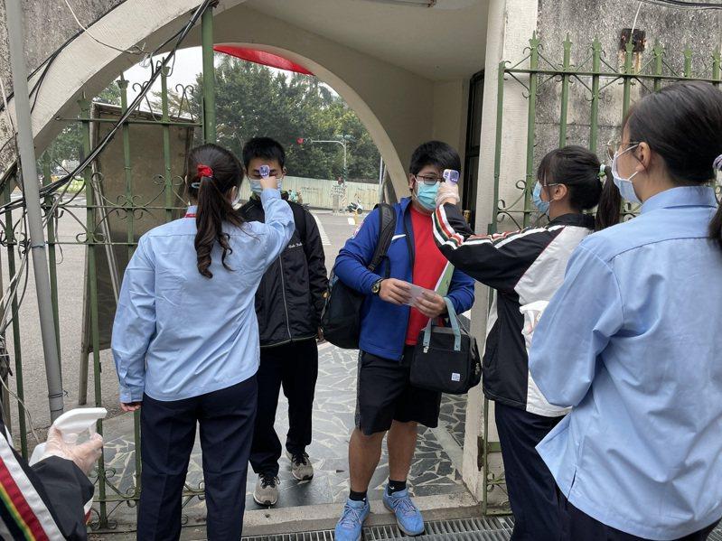 考場工作人員,逐一對所有入場考生量體溫,確保防疫安全。聯合報系記者卜敏正/攝影