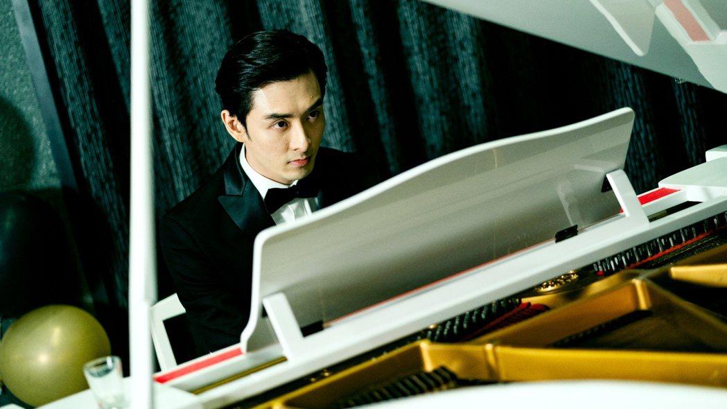 管麟挑戰魔化鋼琴家。圖/三立提供