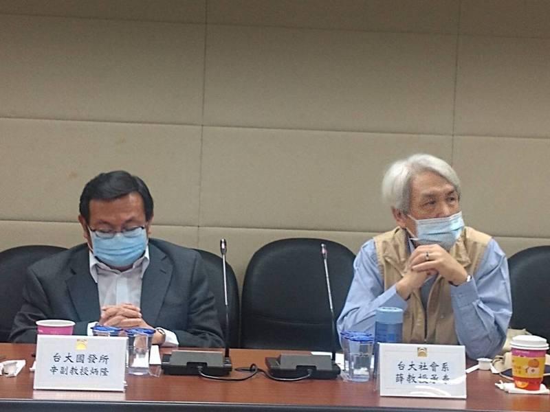 台灣人口首度負成長,台大國發所副教授辛炳隆(右)與台大社會系教授薛承泰(左)出席座談會討論解方。  記者陳碧珠/攝影