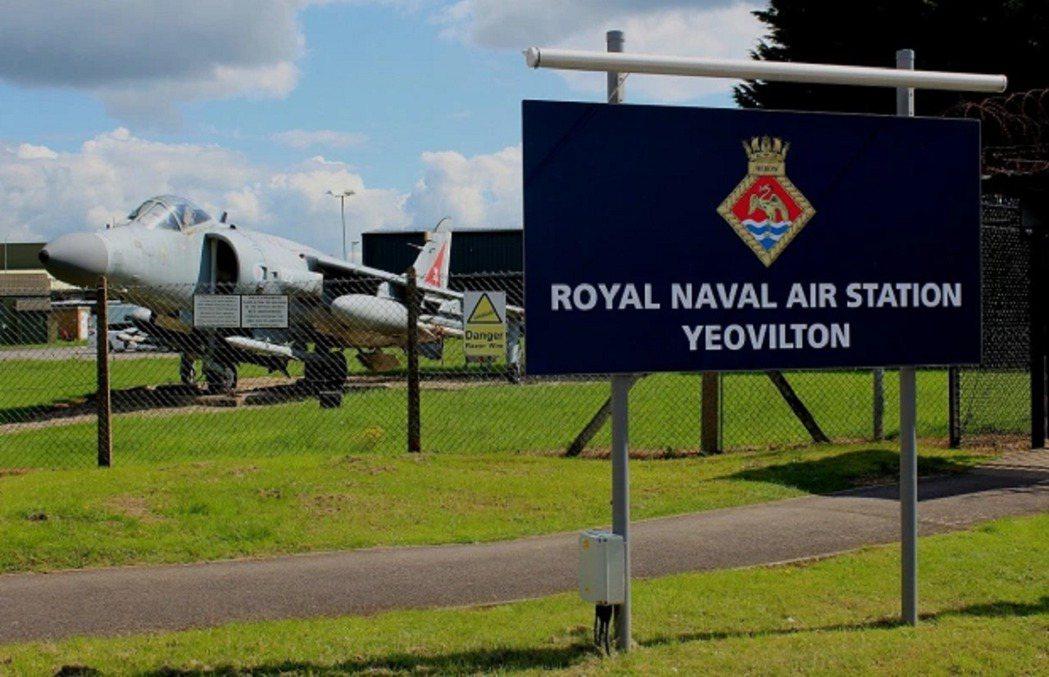 英國桑莫塞特的伊奧維頓皇家海軍航空站,太陽報21日頭版頭條踢爆一名飛機技師將疑似...