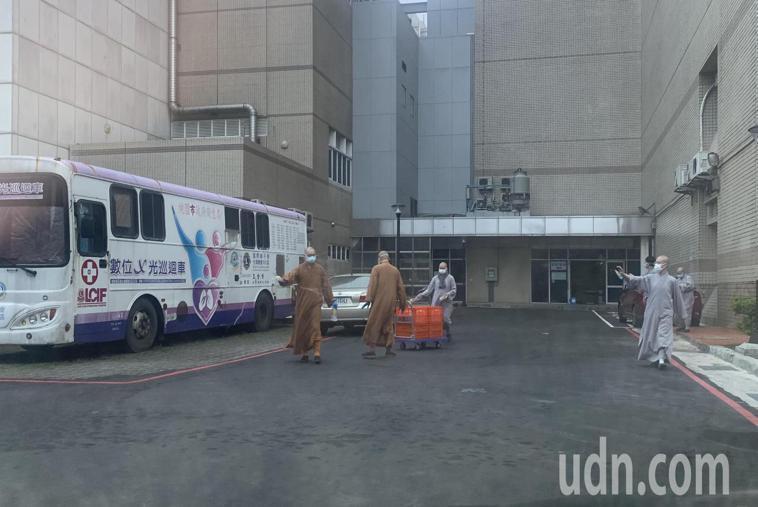 中華國際大悲咒水功德會自發運來數十箱大悲咒水,在桃醫院區潑灑,並表示大悲咒水能淨...