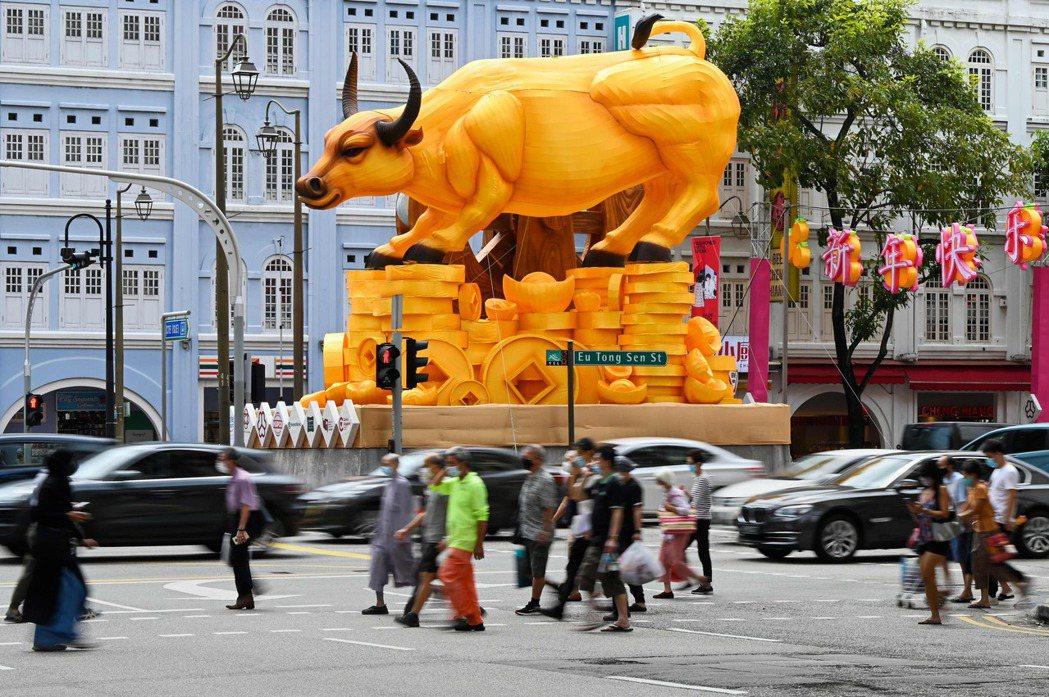 新加坡街頭已出現牛年的造型裝飾。法新社