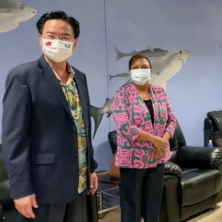外交部長吳釗燮(左)結束帛琉訪問,副總統席嫵杜(右)到機場送機。圖/取自外交部推特