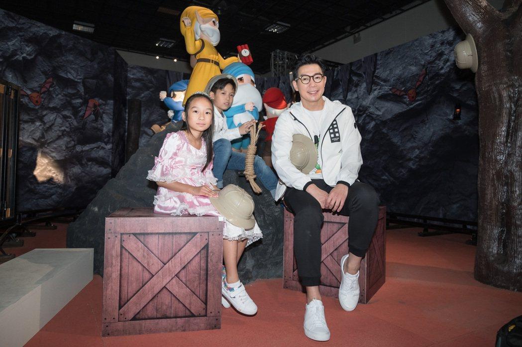 品冠(右)帶一雙兒女前往「格林童話-白雪公主與七矮人特展」參觀兼放電。圖/寬宏藝...