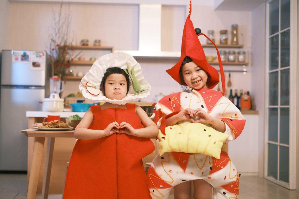 胖球(右)與妹妹斯拉cosplay成「年菜組合」,可愛模樣超欠吃。圖/索尼提供