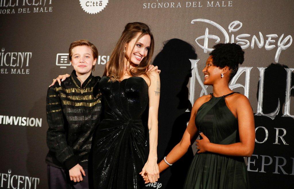 喜蘿(左)和媽媽安琪莉娜裘莉(中)與養姊莎哈拉同台,是唯一打扮起來像小男生的代表...