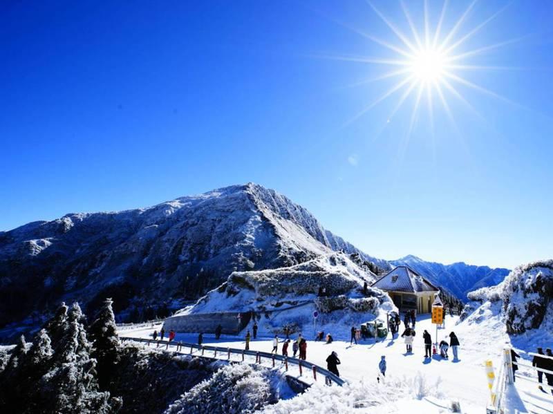 合歡山降下今年元月以來最大雪量,積雪一度厚逾10公分。 圖/臉書「台灣追雪團」提供