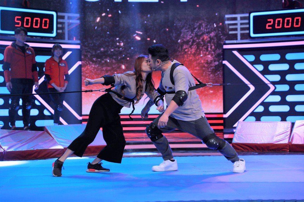 詹子晴和王惟立在遊戲過程大方接吻。圖/民視提供