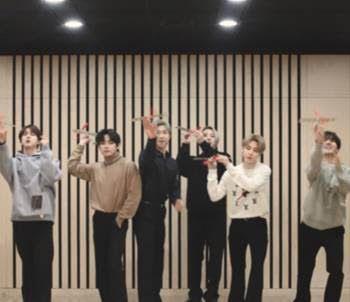 韓團BTS收到路易威登2021秋冬男裝秀邀函,開箱DIY飛機模型。圖/擷取自LV...