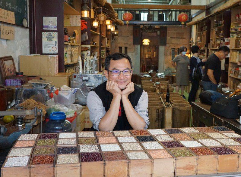 永豐米糧行老闆黃裕釗,開店推廣本地優質雜糧。圖/于國華提供
