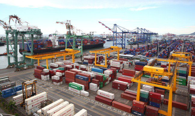 自去年下半年起,電子零組件、資通訊產品開始在出口有表現。圖為高雄港貨櫃畫面。(本...