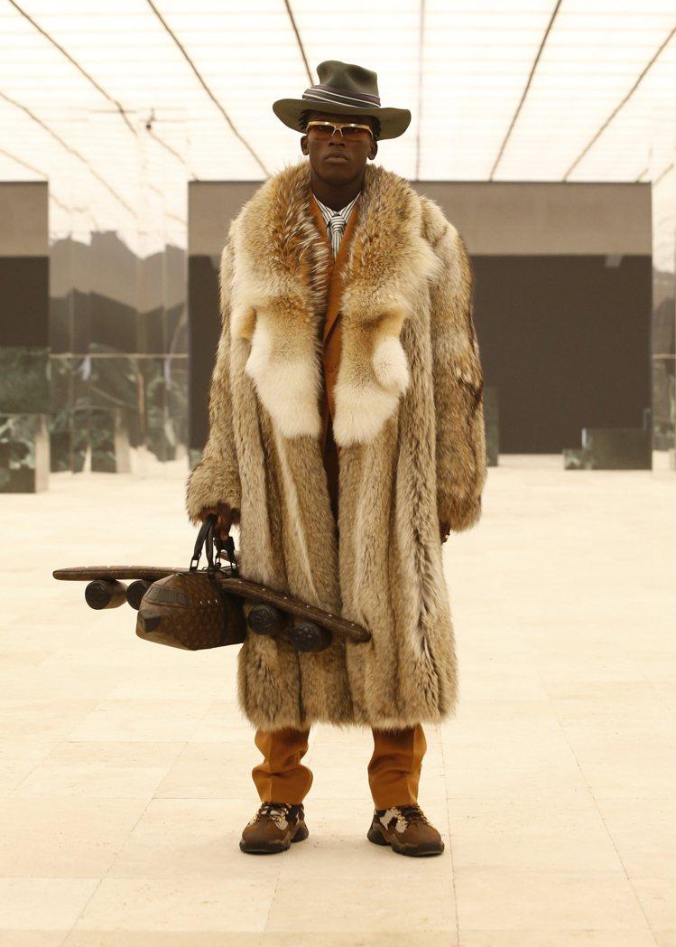 皮草與monogram飛機手袋,打造秋冬男裝的奢華風格。圖/LV提供