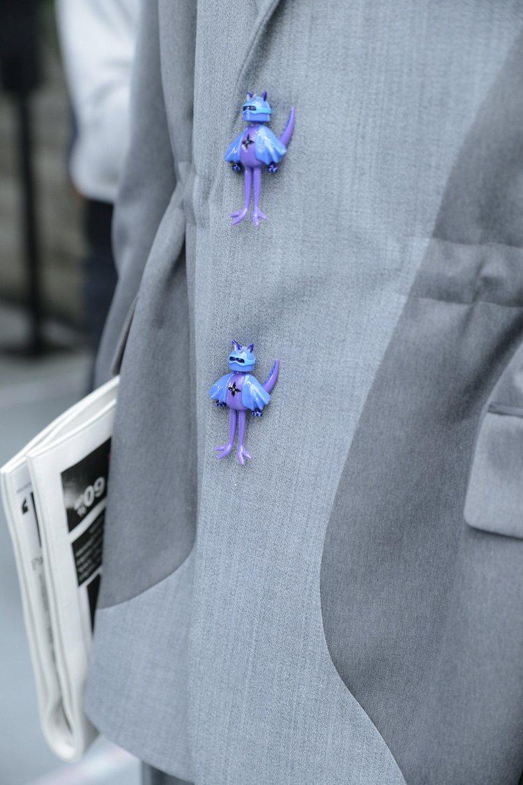 服裝上的小細節例如飛機或玩偶,豐富了本季男裝的細節。圖/LV提供