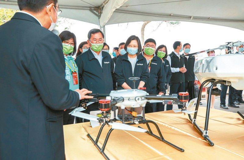 蔡英文總統昨日前往嘉義視察「中科院民雄航太園區」、「無人機AI創新應用研發中心」。 總統府/提供