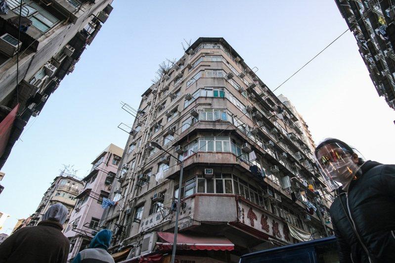 在香港九龍半島,由佐敦、油麻地到深水埗,與著名的彌敦道的平行的內街,分布著大批老舊唐樓,那些所謂的「籠屋」、「劏房」多在這些殘樓中。   香港中通社圖片