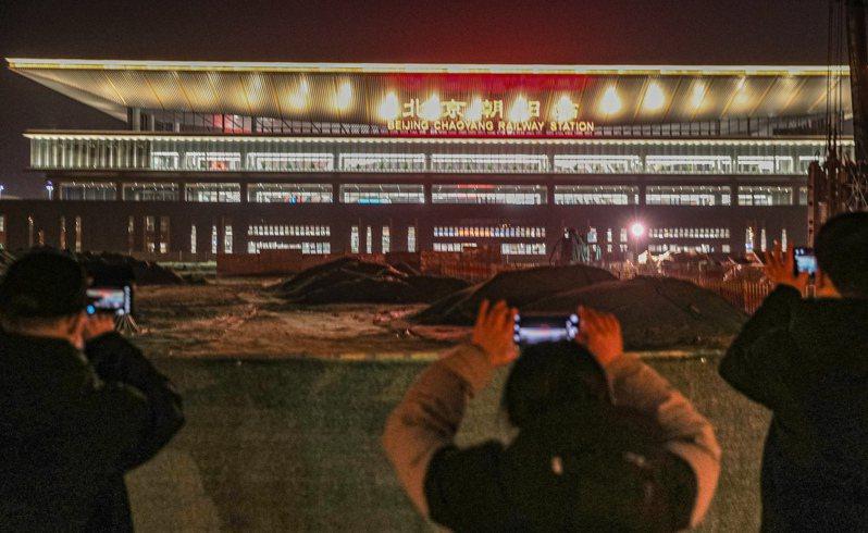 北京至哈爾濱高鐵北京至承德段(京哈高鐵京承段)將於2021年1月22日開通運營,京哈高鐵實現全線貫通。北京朝陽站也將同步投入使用。圖為京哈高鐵始發站——北京朝陽站21日晚燈火通明。   中新社