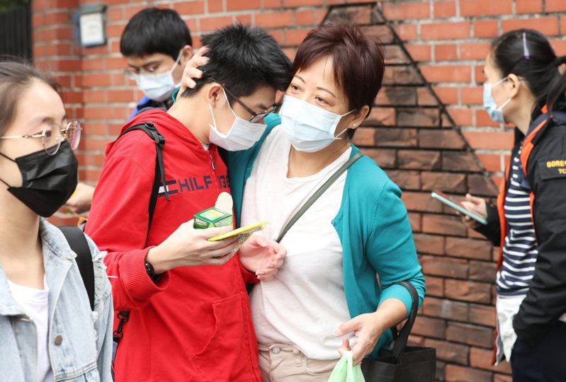 大學學測進入第二日,許多家長把握時間在考場門口給予即將赴考的孩子加油打氣。記者曾原信/攝影