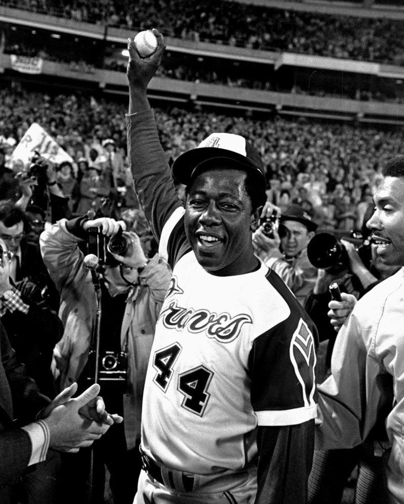 漢克阿倫今天過世,享壽86歲,圖為當年他手裡舉著生涯第715轟的全壘打球、突破貝比魯斯紀錄的經典畫面。 美聯社
