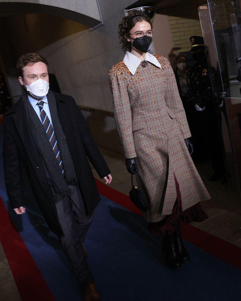 美國副總統賀錦麗的繼子柯爾和繼女埃拉出席總統就職典禮。圖擷自The Cut