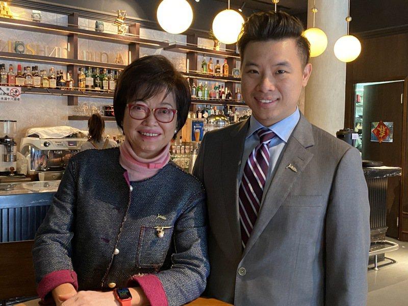 磊山保經董事長李佳蓉(左)與長子、磊山保經業務總經理林世德(右)合影。 記者陳怡慈/攝影