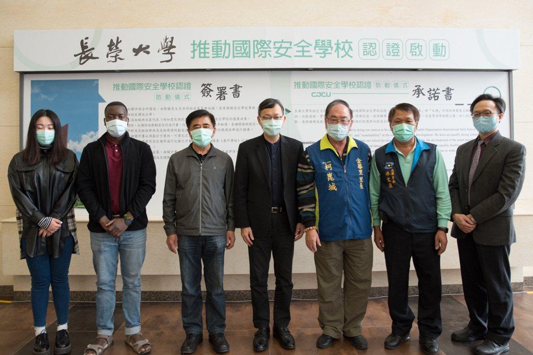 長榮大學校長李泳龍(中)與參與簽署書來賓合影。 黃啟銘/攝影。