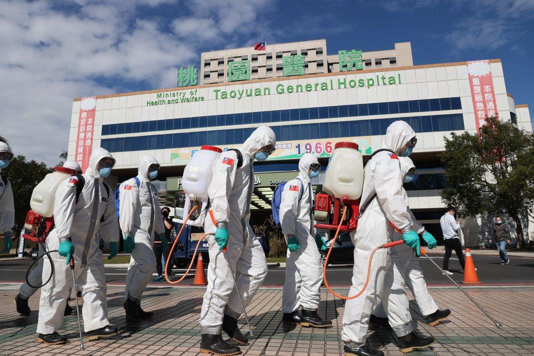 部立桃園醫院醫護群聚感染,陸軍第六軍團三三化學兵群昨到院區消毒。圖/報系資料照