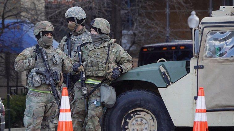美國總統就職典禮當日,國民兵持槍在管制路口戒備。圖為示意圖,非新聞當事人。華盛頓...
