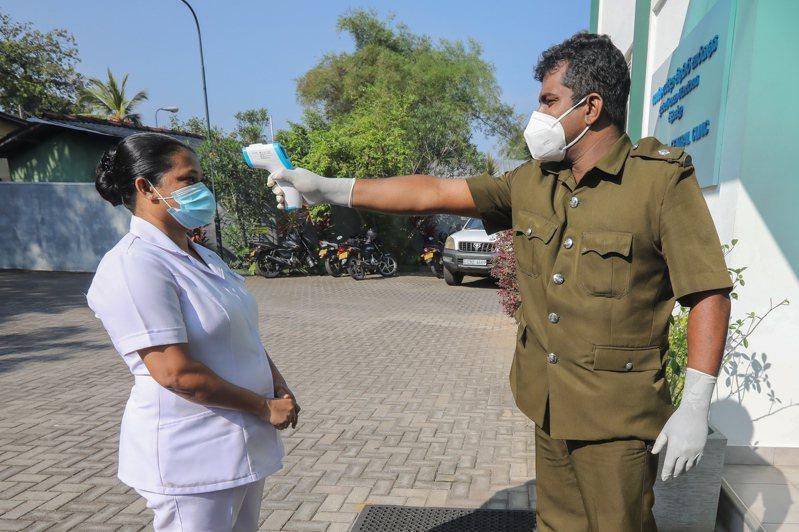 斯里蘭卡疫情延燒,去年10月初染疫和病歿人數分別為3300人和13人,如今一路飆升,本週染疫人數已將近5萬7000人,死亡病例來到278人。 歐新社
