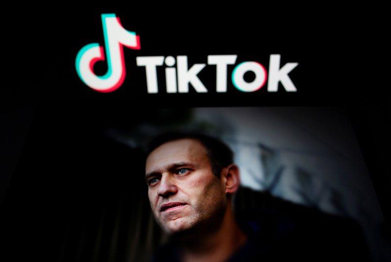 在聲援異議人士納瓦尼的集會舉行之前,一名使用者帳號為Neurolera的俄國年輕人在TikTok以英文宣告「我是美國人」,並在影片中解釋如何偽裝成遊客以避免在街頭示威被逮捕。 路透社