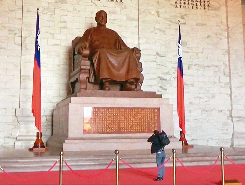 台灣國辦公室主任陳峻涵昨天到中正紀念堂朝蔣中正銅像丟擲雞蛋。圖/陳峻涵提供