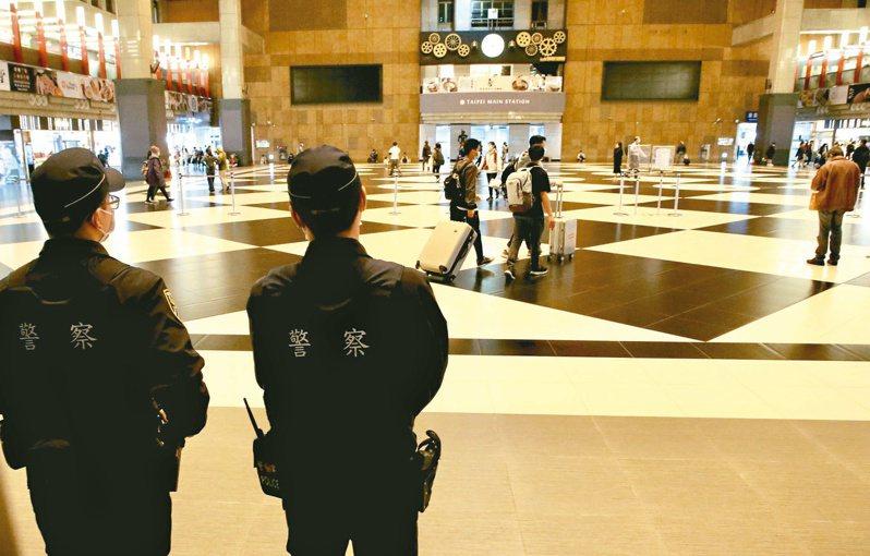 新冠肺炎本土疫情升溫,台鐵宣布多項防疫新措施,即日起車站群聚活動及租借全面暫停,台北車站大廳禁止群聚飲食。記者林俊良/攝影